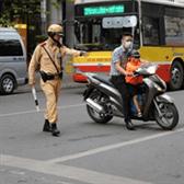 Cảnh sát kiểm tra những gì khi ra hiệu lệnh dừng xe?
