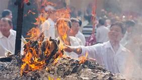 Mức phạt hành vi thắp hương, đốt vàng mã không đúng quy định