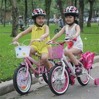 Em cần làm gì khi điều khiển xe đạp chuyển hướng?