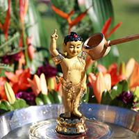 Lau tượng Phật bằng nước gì?